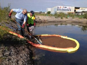 Absorbent marine boom in use